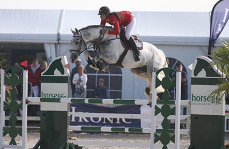L'étalon inscrit à la naissance et approuvé à la monte par le SBS FIDELGO DU HOUSSOIT (Button Sitte/Ksar-Sitte – naisseur: Horse of Belgium à B-7904 Pipaix) sous la selle de Virginie Thonon