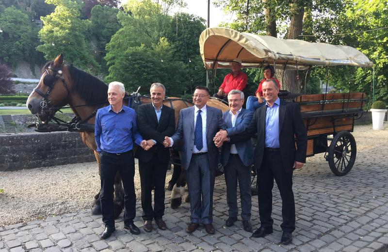 De gauche à droite, Messieurs Philippe BONTEMPS, Bourgmestre de Durbuy, Didier SERTEYN, Yu Xiaoning, le Ministre René COLLIN et Fabrice GRANDJEAN (Hippoforme)