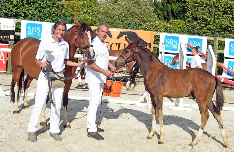 Mme Eugénie Bourdais et le vainqueur des foals: PUCCINI HDB (FS Next Diamond x Ulk d'Eté) (photo: Nathalie Geerlandt)